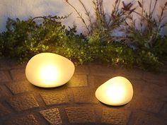 FLYMEe vert LED Solar stone / フライミーヴェール LEDソーラーストーンの商品詳細。石の形をしたセンサー式ソーラーライト。太陽の光で充電し、暗くなると自動で点灯します。ガラスの表面に滑らかなフロスト加工を施してあり点灯時は優しい光を灯します。大小サイズ違いをコーディネートしてより自然に近い雰…