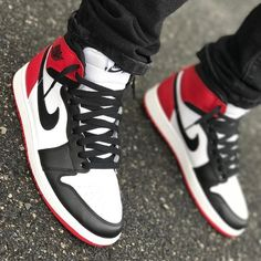 Keys To Finding The Best Sneakers For Women. Are you shopping for the best sneakers for women? If so, you will want to try to find some of the best options in the marketplace to ensure that you are ab Best Sneakers, Sneakers Fashion, Fashion Shoes, Shoes Sneakers, Air Jordan Shoes, Jordan Sneakers, Streetwear, Hype Shoes, Fresh Shoes