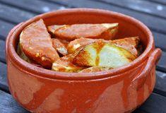 Onweerstaanbaar lekker: Spaanse patatas bravas. Verwarm de oven voor op 220 graden. Was de aardappelen en snij ze in gelijke stukken. Verdeel de aardappelen over een bakplaat en sprenkel hier de olijfolie over. Bak de aardappels in de oven goudbruin in ongeveer 40 minuten. Hak de ui, de paprika en de knoflook fijn. Fruit de […]