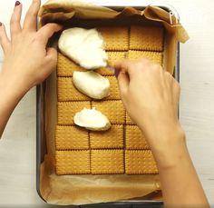 W formie do pieczenia ułóż warstwę z herbatników maślanych. Rozprowadź masę na całej powierzchni i ponownie ułóż herbatniki.