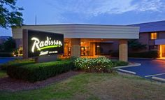 Radisson Milwaukee North Shore Milwaukee (Wisconsin) This Glendale hotel is 9 miles from downtown Milwaukee and 1 block from Lake Michigan. The hotel offers an atrium pool and rooms with free Wi-Fi.  Radisson Milwaukee North Shore rooms include a coffee maker and work desk.
