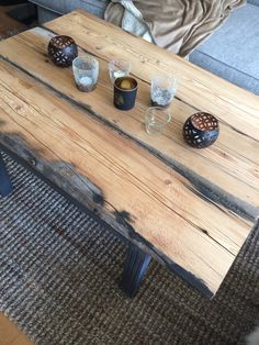 Mitt vardagsrumsbord gjort av gammalt golvplank jag fått av min far. Benen är återanvända från ett annat soffbord jag köpt på tatillvara för 10:-. Benen har jag målat med Miss mustard seed's milk paint. Färg Typewriter. Älskar färgen!