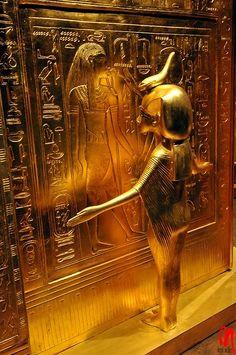 La déesse Serket étend ses bras protecteurs sur la paroi de la pièce où reposent les organes vitaux de Toutankhamon.