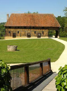 Le château de Crèvecoeur : un domaine exceptionnel à découvrir au coeur du Pays d'Auge - Calvados 14 Cosy House, Construction, Normandy, Facade, Medieval, Castle, Deck, Woodworking, Europe