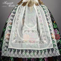 Margarita Vercher delantal fallera Bordado Popular, Hoop Skirt, Daisy Mae, Aragon, Rag Quilt, Murcia, Historical Costume, Skirt Pants, Traditional Dresses