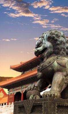 La Ciudad Prohibida, con la puesta del sol que brilla en Beijing, China