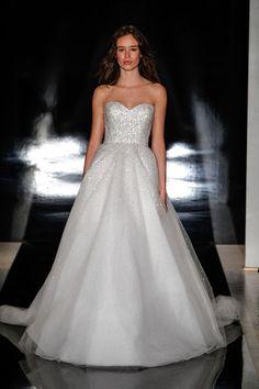 Von den Designer-Brautkleidern der New York Bridal träumen wir gerne – vor allem, wenn wir wissen, welches Brautkleid die Figur besonders unterstreicht.