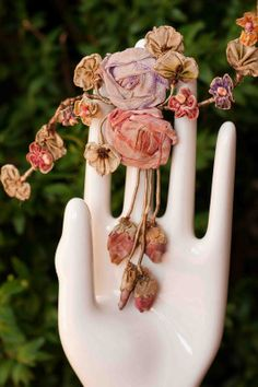 Wonderful Ribbon Embroidery Flowers by Hand Ideas. Enchanting Ribbon Embroidery Flowers by Hand Ideas. Felt Flowers, Fabric Flowers, Ribbon Art, Ribbon Flower, Art Textile, Passementerie, Flower Tutorial, Bow Tutorial, Fabric Paper