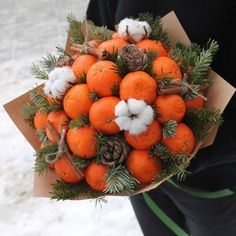 Oranges and pinecones = perfect hostess gift for Thanksgiving or Christmas! Christmas Mood, Christmas Wreaths, Christmas Crafts, Christmas Decorations, Holiday Decor, Food Bouquet, Candy Bouquet, Christmas Arrangements, Edible Arrangements