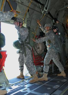 Jumper in the door. Jumpmaster's countdown is going way too fast. Military Salute, Military Life, Airborne Ranger, Army Pics, Us Army Rangers, Once A Marine, 82nd Airborne Division, Vietnam War Photos, Paratrooper