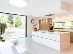 Hoe kies je de juiste dampkap? Foto: www.deaplus.be (keuken • modern • gietvloer • keukeneiland)