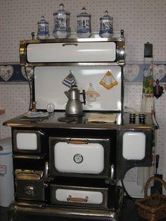 Love this antique stove! French Kitchen Decor, Small Cottage Kitchen, Kitchen Decor Themes, Farmhouse Kitchen Decor, Vintage Kitchen, Kitchen Ideas, Antique Kitchen Stoves, Antique Wood Stove, How To Antique Wood