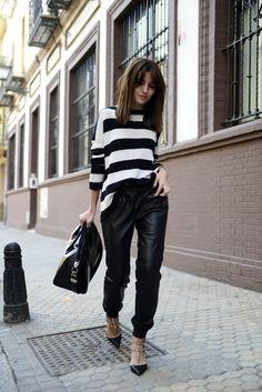 Acheter la tenue sur Lookastic: https://lookastic.fr/mode-femme/tenues/pull-a-col-rond-blanc-et-noir-pantalon-style-pyjama-noir-escarpins-sac-fourre-tout-noir/1046 — Pull à col rond à rayures horizontales blanc et noir — Sac fourre-tout en cuir noir — Escarpins en cuir noirs — Pantalon style pyjama en cuir noir