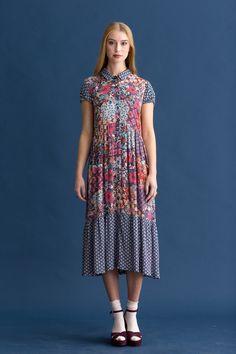Deze jurk is een doorknoopmodel, gemaakt van twee viscose dessins. De donkere stof is gebruikt voor de kraag, pofmouwen en brede strook aan de rok. De andere stof is een patchworkdessin waardoor een extra bonte mix ontstaat.  Bestel je dit patroon, dan ontvang je ook het patroon KM1703-20 tuniek er gratis bij!