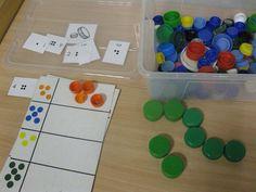 Ontdekdoos dopjes Bottle Cap Art, Ways Of Learning, Preschool Activities, Montessori, Recycling, Shapes, Teaching, Crafts, Early Education