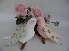 Este casal fofo de passarinhos é ideal para fazer parte da decoração de seu casamento, apaixonados eles vão dar graça em qualquer momento especial de sua vida.    Cores dos tecidos a combinar com o vendedor.