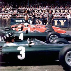 The International Trophy Race, Silverstone, 1965: Graham Hill, B.R.M. (No. 3); Jackie Stewart, B.R.M. (No. 4); John Surtees, Ferrari 1512/F1 (No. 1) and Lorenzo Bandini, Ferrari 1512/F1 (No. 2). Stewart won, followed by Surtees.  www.olimpiacarroceros.es. Reparamos Chapa y pintura de tu vehículo en Madrid. Multimarca y Multicompañia.