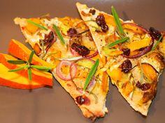 Veganer Flammkuchen mit frischem Kürbis, Cranberries und Rosmarin.
