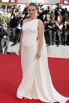 Empatada con Olivia tenemos a Natalie Portman, que deslumbró y sorprendió al mismo tiempo en su paso por la alfombra roja del Festival de Venecia con este vestido blanco asimétrico con capa de Dior Couture. Completo el look con joyas de Bulgari.