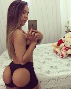 Mulher Melão usa calcinha 'exótica' para modelar o bumbum