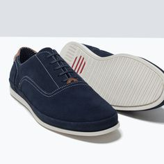 Llevo este zapatos en la escuela. Los zapatos son azul. La tienda del zapatos es Zara.