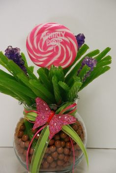 Whirly Pop Licorice Bouquet ~ The jar contains brown chocolate sixlets and is filled with green apple licorice, rock candy sticks, and a large whirly pop. fun for a candy theme party (only with gumballs & multi-colored licorice) Food Gifts, Craft Gifts, Diy Gifts, Festa Party, Candy Bouquet, Cupcake Bouquets, Cookie Bouquet, Creative Gifts, Homemade Gifts