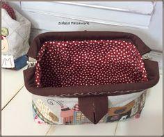 ¡Hola, otra vez! Aquí sigo con mi gripe (un poquito mejor, eso sí) y delante de mi ordenador para enseñarles más cositas Pue... Cosmetic Bag, Lunch Box, Sewing, Couture, Japanese Patchwork, Patchwork Quilting, Toss Pillows, Slipcovers, Summer Handbags