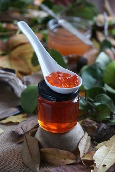 Gelea de codonys. Quince jelly Hot Sauce Bottles, Fall Recipes, Foods, Food Food, Food Items