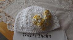 belle petite tuque en coton blanc 3 mois avec papillon crocheté