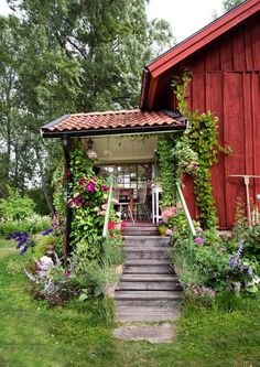 nice Swedish Bohemian Garden There are Swedish moods that we like more than others and this garden by Daphne & Rolf is a perfect example of a pretty bohemian atmosphere. We lo. Swedish Cottage, Red Cottage, Swedish House, Garden Cottage, Home And Garden, Garden Pots, Red Houses, Interior Exterior, Dream Garden