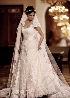 A estilista Carol Hungria traduz os sonhos, o estilo de vida e os gostos das noivas em vestidos com um mix ousado de cores e texturas diferentes. Veja mais: http://yeswedding.com.br/pt/antena-yes/post/aprovada-pelas-cariocas