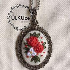 #gül #rose #nakışkolye #nakış #rokoko #kolye #kolyetasarimlari #necklace #flower#flowernecklace #embroiderynecklace #kaneviçe #kaneviçekolye #kaneviçemodeller #kolye #takı #brezilyanakışı #etamin #etaminişleme #goblen #elişi #elemeği #handmade #kasnak #gül #buket #demet #🌹 #etaminkolye #hobi #hobim