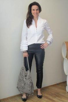 Calça preta de couro + camisa branca