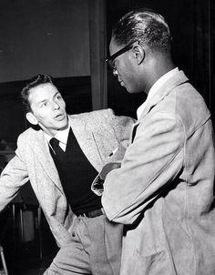 Frank Sinatra & Nat King Cole chat during a joint recording session, 1946 Golden Age Of Hollywood, Vintage Hollywood, Hollywood Stars, Classic Hollywood, Jazz Artists, Jazz Musicians, Top Artists, Billy Holiday, Classic Jazz