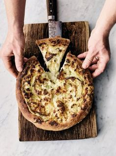 Jamie Oliver's cauliflower cheese pizza is a veggie delight; oozy Cheddar cheese, creamy bechamel sauce, cauliflower and a pillowy homemade pizza base. Cauliflower Pizza, Cauliflower Recipes, Roasted Cauliflower, Jamie Oliver Cauliflower Cheese, Jamie Oliver Pizza, Jaime Oliver, Quiche, Four A Pizza, Veggie Food