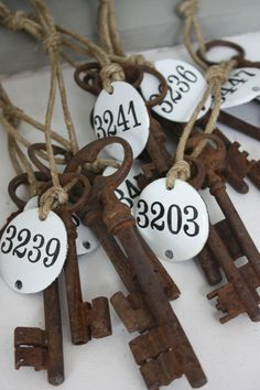Brocante- idea for wedding decor or some sort. Antique Keys, Vintage Keys, Shabby Vintage, Vintage Room, Vintage Decor, Shabby Chic, Under Lock And Key, Key Lock, Door Numbers