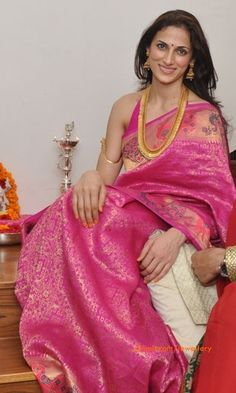 and hulterneck blouse and gold with silk saree Indian Silk Sarees, Indian Beauty Saree, Saree Blouse Patterns, Saree Blouse Designs, India Fashion, Ethnic Fashion, Women's Fashion, Indian Attire, Indian Wear