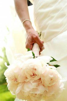 Brautstrauß aus Pfingstrosen in Creme