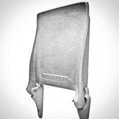 Vægstolen, Fafner fra svenske Tove Adman passer perfekt til entreen, badeværelset eller køkkenet. Vægklapstolen er håndlavet i formstøbt aluminium og fås i mat eller blankt aluminium.