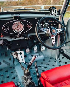Loving the way this Mini is done ! The Interior and that Engine Bay is on point ! And the Lucky Owner Mini Cooper S, Mini Cooper Classic, Classic Mini, Classic Cars, Mini Cooper Interior, Mini Morris, Custom Car Interior, Mini Clubman, Small Cars