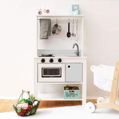 Kinderküche IKEA, ALDI oder LIDL? Der große Vergleich Ikea Tjusig, Ikea Play Kitchen, Handgemachtes Baby, Ikea Shopping, Kitchen Cart, Playroom, Kids Room, Kitchen Appliances, Design