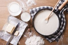 Preparation of bechamel sauce in a pan and ingredients on the table. horizontal view from above French Sauces, French Dishes, Sauce Béchamel, Cheese Sauce, Salsa Bechamel Recetas, Grilled Ham And Cheese, Baked Cheese, Cheddar Cheese, How To Thicken Soup