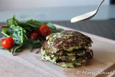 Röstis de Courgettes #GourmandCroquant #Pinterest #Röstis #Courgette #Salade  Voila une petite recette pour bien commencer la semaine : les röstis de courgettes! Personnellement, nous sommes fans de la courgette, c'est un légume qui se marie avec tellement de choses! La recette est extrêmement simple, et le résultat est délicieux... Plusieurs variantes existent : avec des pommes de terres, du maïs  ou encore des petits pois, mais nous avons préféré garder le produit dans sa pure simplicité!
