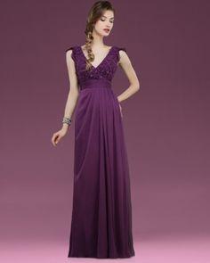 Vestido para madrina de boda en color berenjena y con escote en V. Imagen Couture Club by Rosa Clara 2014