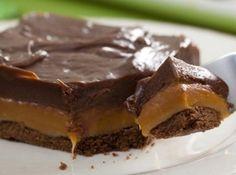 Receita de Chocolate Twix de Tabuleiro - chocolate em pó e misture bem com os dedos. Espalhe sobre o fundo de uma forma, de 22 cm de diâmetro, forrada com papel-manteiga. Asse no forno,...