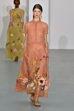 Come see the top trends London Fashion Week Spring 2017 had to offer. Carolina Herrera, Fashion Details, Look Fashion, Womens Fashion, Fashion Design, Party Fashion, Fashion 2020, Maxi Styles, Embroidery Fashion