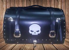 Baúl hecho en cuero de 3mm, doble solapa, cierre para candado. Bordado personalizado en la solapa, bolitas decorativas y conchos.   -  -  -  -  -  #baulparrilla #baulcuero #baulpersonalizable #custom #motocustom Moto Custom, Suitcase, Saddle Bags, So Done, Store, Needlepoint, Briefcase
