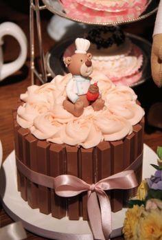 """O bolo decorado com chocolates Kit Kat, da Sweet Carolina - """"The Art of Cake""""…"""