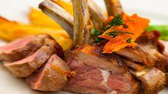 Saftige Spezialität: Lammkarree mit Kürbisspalten in Rotweinsauce