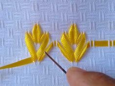 barrinha pra colocar no trilho de mesa , medida das fitas amarela 4x a medida da barra em que vao bordar,a fita verde 2x e meia,fita dourado 1x e meia , a fita que vamos usar pra fazer os acabamentos em cima e embaixo e a verde medindo somente 1x,e a f